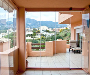 Fermeture de terrasse et v randa en verre sans profils for Photo fermer une terrasse couverte