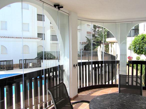 rideau de verre escamotable pour terrasse et balcon. Black Bedroom Furniture Sets. Home Design Ideas